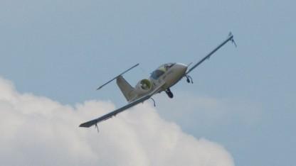 Elektroflugzeug E-Fan: Fahrwerkmotor surrt leise.