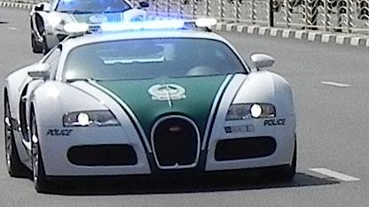 Die Polizei von Dubai in einem Bugatti Veyron