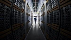 Ein Administrator in Facebooks Data Center in Lulea