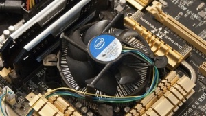 Intels Boxed-Lüfter, hier auf einem 4770K und Asus Z87-Deluxe, reicht auch für den Turbo aus.