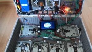 Das Raspberry Pi spielt die Titelmusik von Zurück in die Zukunft auf Floppys.