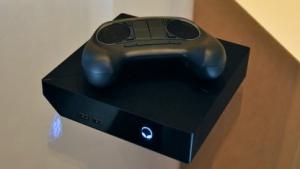 Die Steam Machine von Alienware mit einer älteren Version des Steam Controllers
