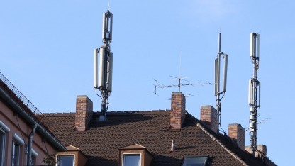 Mobilfunkmast auf einem Wohnhaus in München: Hier loggen sich Handys ein - es sei denn, ein IMSI-Catcher überstrahlt ihre Signale.
