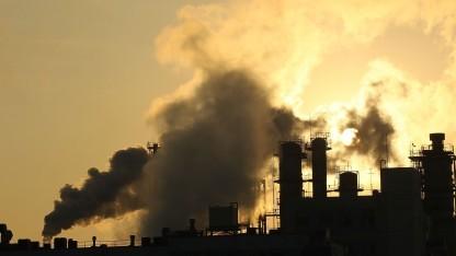 Abgase aus einer japanischen Industrieanlage