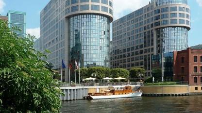 Was hinter der Glasfassade des Bundesinnenministeriums vermerkt wird, soll nicht dem Urheberrecht unterliegen.