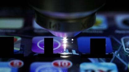 Der Laser erzeugt den unsichtbaren Wellenleiter, das weisse Licht ist Plasma.