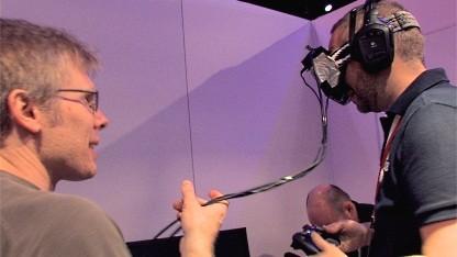 John Carmack (l.) präsentiert Golem.de die Hightech-Brille auf der E3 2012