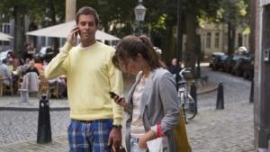 Ein Paar nutzt Smartphones auf den Straßen von Maastricht.