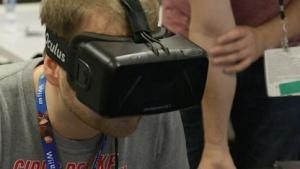 Redakteur Michael Wieczorek probiert Oculus Rift auf der E3 2014 aus.
