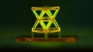 Objekt mit Nanogitterstruktur: Polymer, Keramik oder Metall