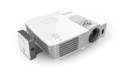 Der W1070+W mit links angeschlossenem HDMI-Empfänger