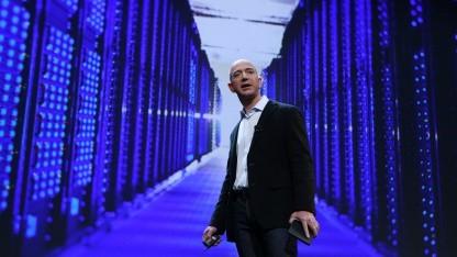 Amazon-Chef Jeff Bezos vor Rechenzentrumskulisse
