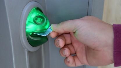 In die Schlitze mancher Geldautomaten (Symbolbild) passen neue Skimmer fast komplett.