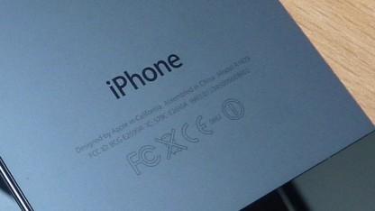 Rückseite eines iPhones mit FCC-Labeln.
