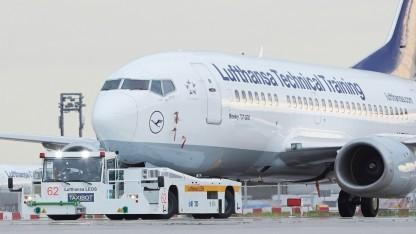 Der Taxibot zieht eine ältere Boeing 737-500.