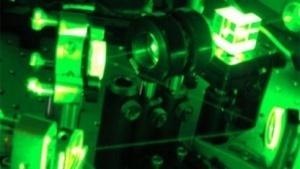 Versuchsanordnung mit grünem Laser, mit der Wiener Forscher das optische Quanten-Computing verbessert haben