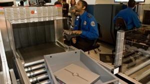 Kontrolle eines Notebooks am Flughafen