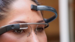 Die Google Glass kann mit einem tragbaren Gehirnwellenmonitor durch Gedanken gesteuert werden.