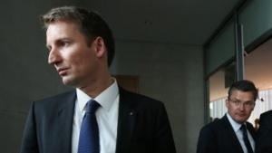 Patrick Sunsberg (l.) und Roderich Kiesewetter (beide CDU) beim Verlassen des NSA-Untersuchungsausschusses