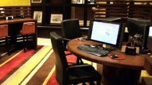 Rechner in einer Hotellobby