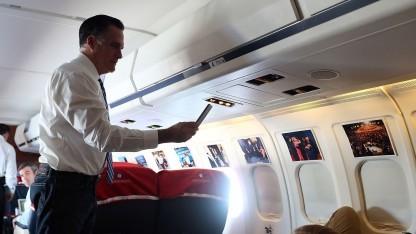 Mitt Romney mit Mobiltelefon im Flugzeug (während des Präsidentschaftswahlkampfes 2012): Passagiere und Flugbeleiter sind gegen Telefonate an Bord.