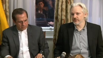 Julian Assange mit Ecuadors Außenminister Ricardo Patiño am 18. August 2014