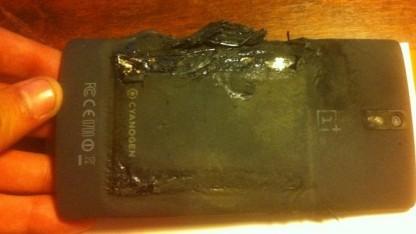 Zerstörtes One-Smartphone nach Akkubrand
