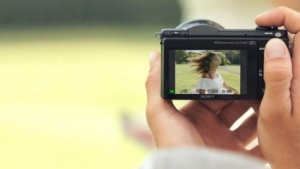 Sony A5100 und Smartphone Hand in Hand