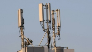 Bis auf die Funkzelle genau lassen sich Handys von den Überwachungsprogrammen orten.