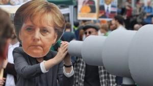 """""""Big Merkel is watching you"""": Kritik an Bundeskanzlerin Angela Merkel auf der Demonstration """"Freiheit statt Angst"""" in Berlin."""