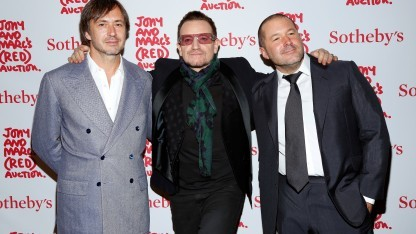Marc Newson, U2-Sänger Bono und Apple-Chefdesigner Jony Ive auf einer Versteigerung in New York