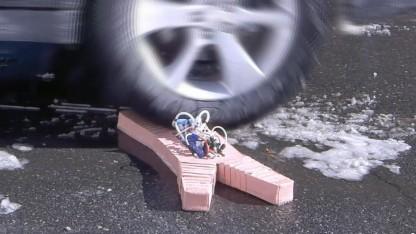 Softbot wird vom Auto überfahren: harte Komponenten auf dem Rücken als Schwachpunkt
