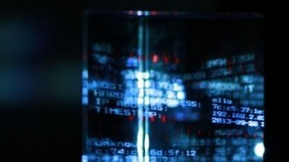 Das Prisma des Kunstwerks Prism: The Beacon Frame von Julian Oliver und Daniil Vasiliev auf der Transmediale 2014