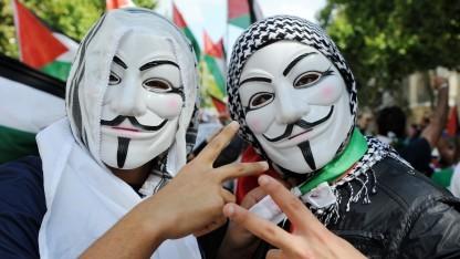 Anonymous-Aktivisten während einer Demo
