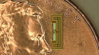 Der winzige Funkchip zieht seine gesamte Energie aus den Signalen, die es empfängt.