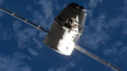 Der Raumfrachter Dragon von SpaceX auf dem Weg zur ISS.