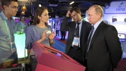 Putin auf einer Ausstellung für Internetfirmen in Moskau im Juni