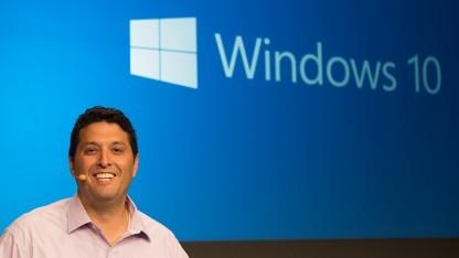 Terry Myerson zeigt Windows 10.
