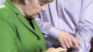Bundeskanzlerin Merkel lässt sich im März 2014 ein Mobilegame erklären.