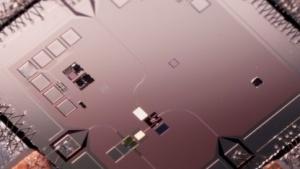 Der Chip aus der ersten Quantenmaschine, an dessen Entwicklung John Martinis beteligt war.