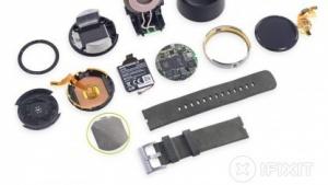 Die auseinandergenommene Smartwatch Moto 360