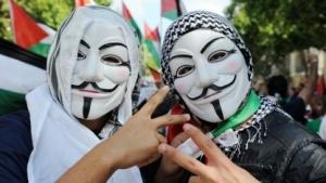 Anonymous-Aktivisten auf einer Demo in Paris