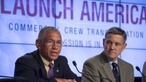 Nasa-Direktor Charles Bolden und der frühere Astronaut Bob Cabana stellen die Pläne zu den Space Taxis vor.