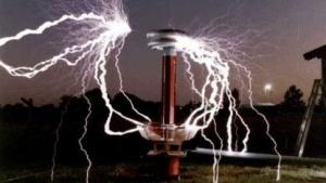 Elektromagnetische Entladung an einer Tesla-Spule (Symbolbild): zunehmende Gefährdung elektronischer Systeme