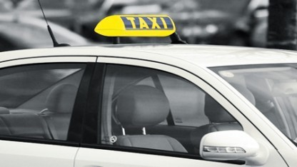 Logo von Taxi Detschland an einem Wagen