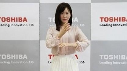 Aiko Chihira: verändert Mimik, zwinkert mit den Augen
