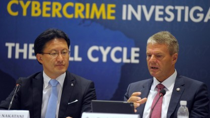 Troels Oerting (rechts) neben dem Executive Director of Interpol Global Complex for Innovation (ICGI), Noboru Nakatani, im Oktober 2014