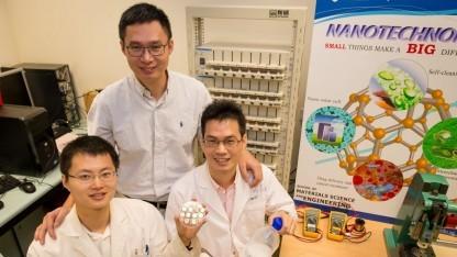 NTU-Forscher Chen (Mitte) und Kollegen mit Akku-Prototyp: 10.000 Ladezyklen