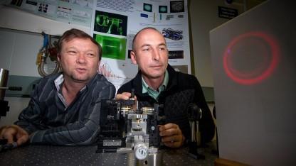 Shvedov (l.) und Hnatovsky mit dem hohlen Laser: Transport über mehrere Meter möglich