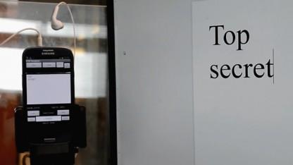 Das Smartphone kann den Text des PC-Displays mitlesen.